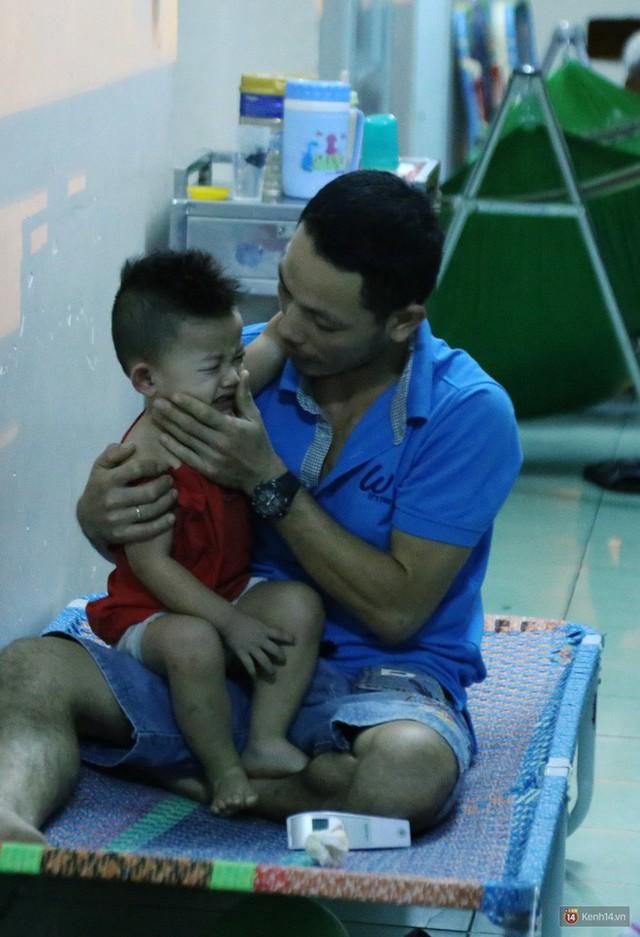 Đêm ở Bệnh viện Nhi Đồng mùa dịch: Khắp lối đi trở thành chỗ ngủ, nhiều gia đình chấp nhận nằm gần nhà vệ sinh bốc mùi - Ảnh 14.