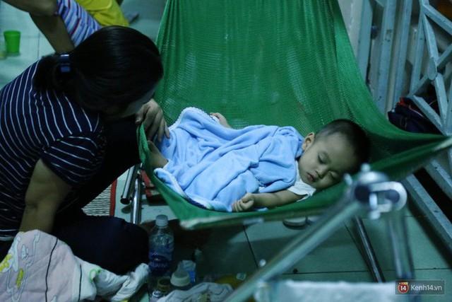 Đêm ở Bệnh viện Nhi Đồng mùa dịch: Khắp lối đi trở thành chỗ ngủ, nhiều gia đình chấp nhận nằm gần nhà vệ sinh bốc mùi - Ảnh 15.