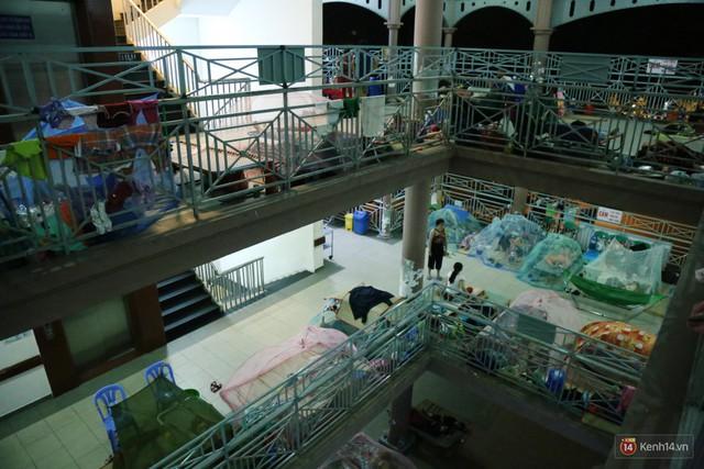 Đêm ở Bệnh viện Nhi Đồng mùa dịch: Khắp lối đi trở thành chỗ ngủ, nhiều gia đình chấp nhận nằm gần nhà vệ sinh bốc mùi - Ảnh 16.