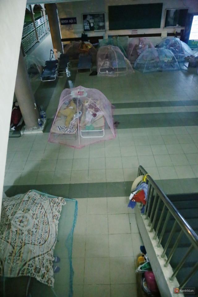 Đêm ở Bệnh viện Nhi Đồng mùa dịch: Khắp lối đi trở thành chỗ ngủ, nhiều gia đình chấp nhận nằm gần nhà vệ sinh bốc mùi - Ảnh 17.