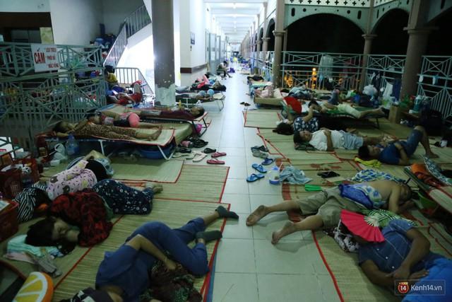 Đêm ở Bệnh viện Nhi Đồng mùa dịch: Khắp lối đi trở thành chỗ ngủ, nhiều gia đình chấp nhận nằm gần nhà vệ sinh bốc mùi - Ảnh 18.