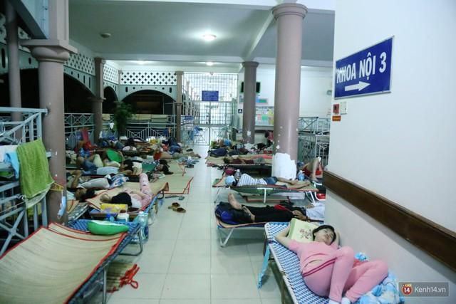 Đêm ở Bệnh viện Nhi Đồng mùa dịch: Khắp lối đi trở thành chỗ ngủ, nhiều gia đình chấp nhận nằm gần nhà vệ sinh bốc mùi - Ảnh 19.