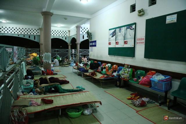 Đêm ở Bệnh viện Nhi Đồng mùa dịch: Khắp lối đi trở thành chỗ ngủ, nhiều gia đình chấp nhận nằm gần nhà vệ sinh bốc mùi - Ảnh 20.