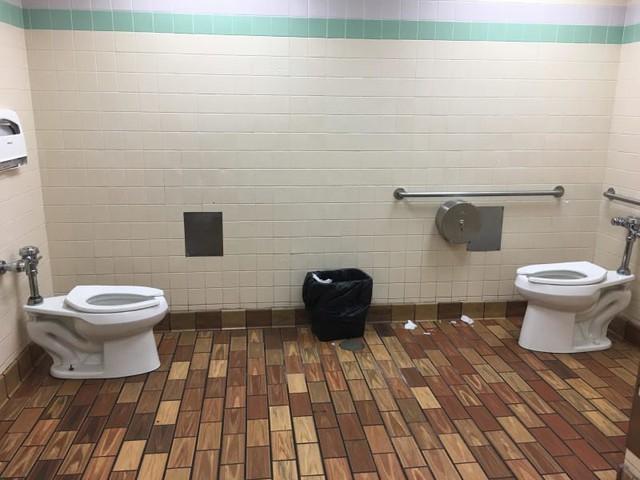 Chùm ảnh: Muôn hình vạn trạng những nhà vệ sinh có thiết kế xứng đáng được trao danh hiệu tệ nhất quả đất - Ảnh 6.