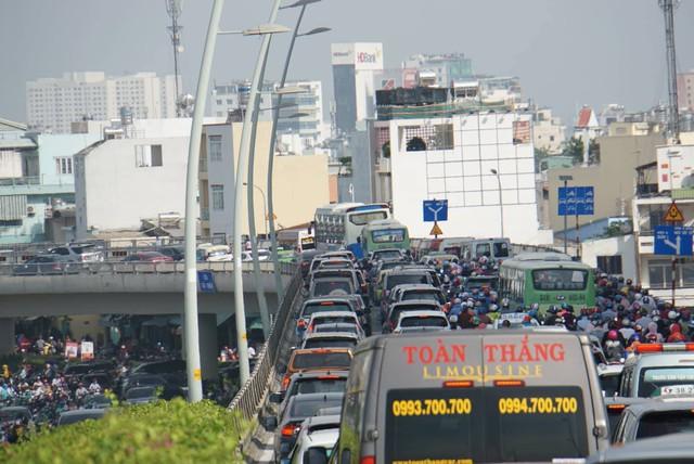 Vụ sập giàn giáo trước hầm Thủ Thiêm: Giao thông khu Đông Sài Gòn tê liệt nhiều giờ mới thông xe - Ảnh 4.