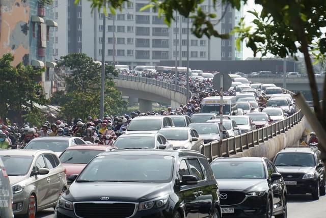 Vụ sập giàn giáo trước hầm Thủ Thiêm: Giao thông khu Đông Sài Gòn tê liệt nhiều giờ mới thông xe - Ảnh 2.