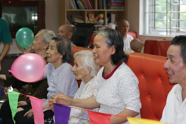 Bộ ảnh đáng yêu về hội chị em U90 đi picnic trong viện dưỡng lão: Đời có bao lâu, ta cứ vui thôi! - Ảnh 11.
