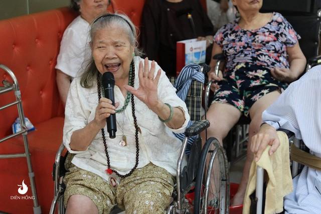 Bộ ảnh đáng yêu về hội chị em U90 đi picnic trong viện dưỡng lão: Đời có bao lâu, ta cứ vui thôi! - Ảnh 4.