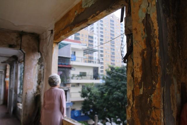 Chuyện ở những khu nhà 'không biết sập lúc nào' giữa lòng Hà Nội - Ảnh 2.