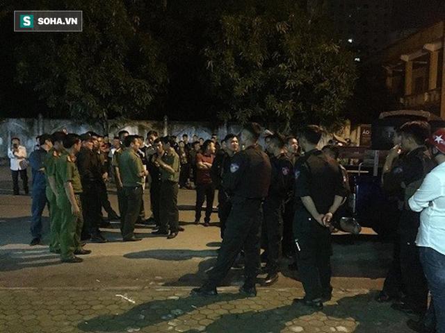 [NÓNG] Đã bắt đối tượng ôm lựu đạn cố thủ trong nhà tại Nghệ An - Ảnh 3.