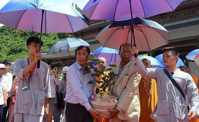 Cận cảnh thiên thạch 600.000USD và ngôi chùa lớn nhất Việt Nam - Ảnh 3.