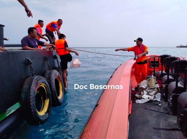 Indonesia: Máy bay chở 189 người lao xuống biển, có 20 quan chức chính phủ, mảnh vỡ vương vãi - Ảnh 1.