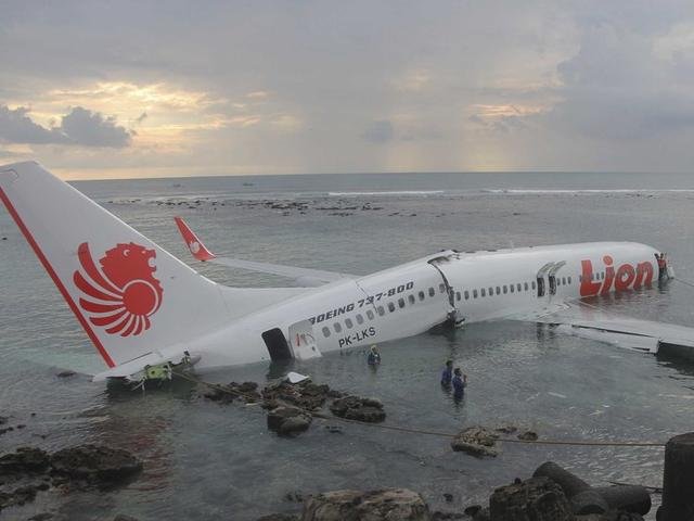 Lực lượng cứu hộ Indonesia đã tìm thấy máy bay chở 188 người rơi xuống biển gãy làm đôi - Ảnh 3.