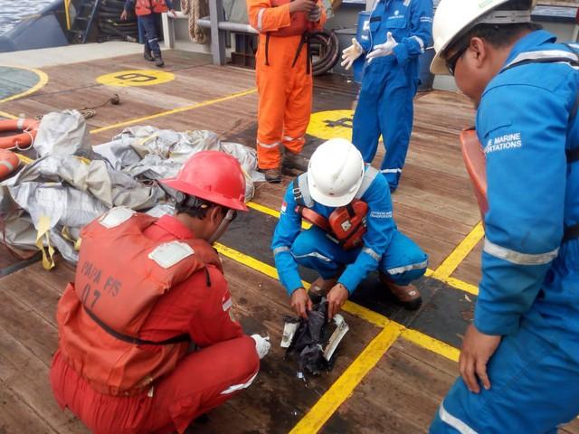 Lực lượng cứu hộ Indonesia đã tìm thấy máy bay chở 188 người rơi xuống biển gãy làm đôi - Ảnh 5.