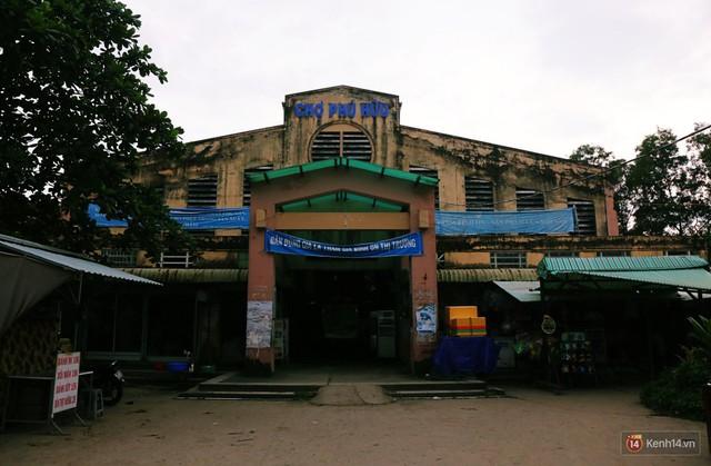 Cảnh u ám bên trong khu chợ tiền tỷ ở Sài Gòn bị bỏ hoang gần 15 năm qua - Ảnh 1.