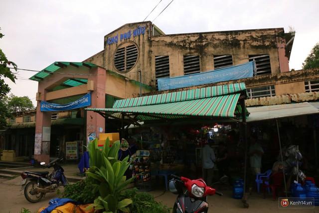 Cảnh u ám bên trong khu chợ tiền tỷ ở Sài Gòn bị bỏ hoang gần 15 năm qua - Ảnh 2.