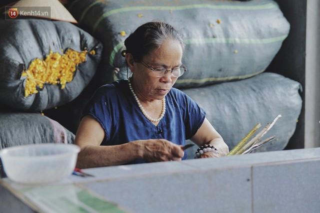 Từ chiếc khăn dệt bằng 4.800 cuống sen đến khát vọng lưu truyền nghề truyền thống của nghệ nhân Phan Thị Thuận - Ảnh 1.