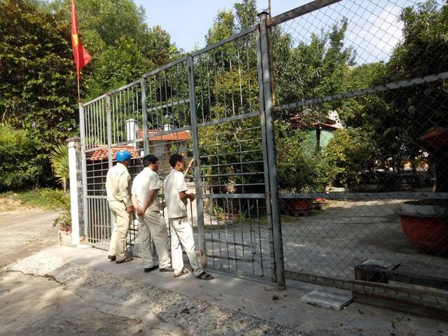 Đại gia vàng lệnh không mở cửa biệt phủ, đoàn kiểm tra bất lực đứng ngoài cổng nhìn vào - Ảnh 2.
