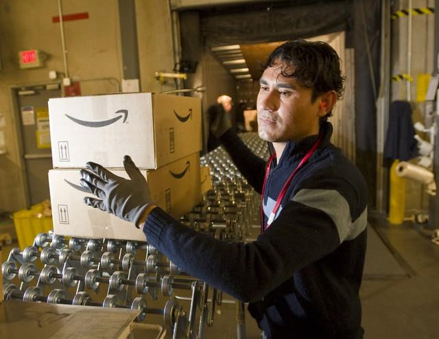 Vì sao sau thời gian dài cứng rắn, Amazon cũngchịu tăng lương cho nhân viên? - Ảnh 1.