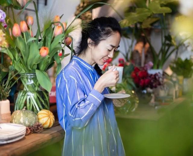 Cô gái độc thân sở hữu 1 nhà hàng và 1 căn nhà lúc nào cũng ngập tràn màu sắc của các loại hoa - Ảnh 2.