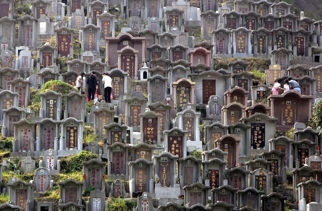 Trung Quốc: Mua đất mai táng đắt hơn mua nhà! - Ảnh 1.
