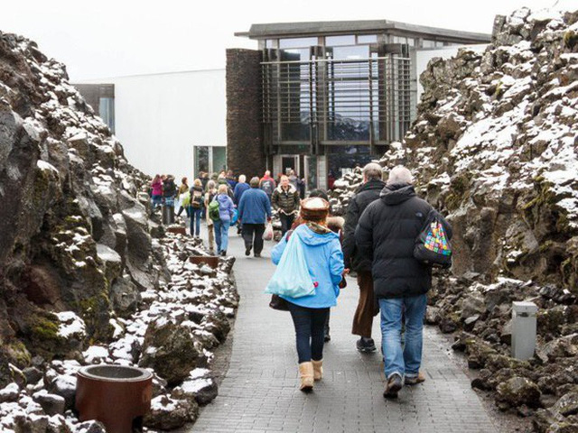 Suối địa nhiệt đẹp như tiên cảnh ở Iceland: đến rồi mới thấy chen chúc toàn người trần mắt thịt - Ảnh 2.