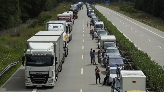 Xem cách nhường đường cho xe cứu thương cực thông minh của người Đức mà chúng ta nên học hỏi - Ảnh 1.