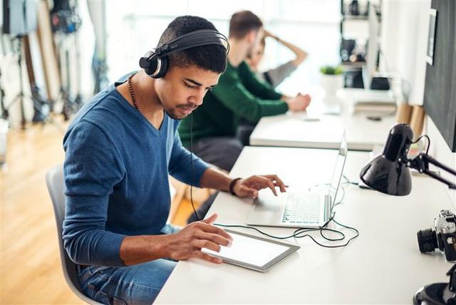 Nghe nhạc khi làm việc ảnh hưởng thế nào đến não bộ của bạn? - Ảnh 1.