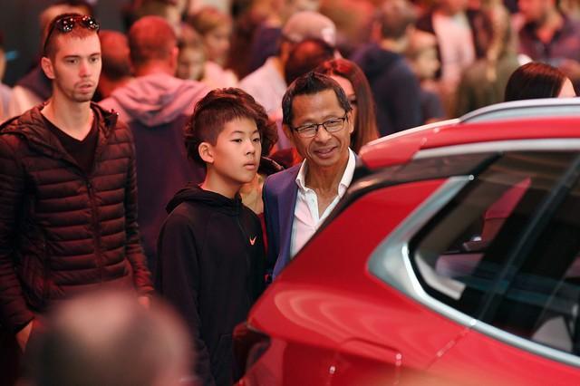 Cộng đồng người Việt đổ xô đến Paris tận mắt xem xe Vinfast - Ảnh 2.