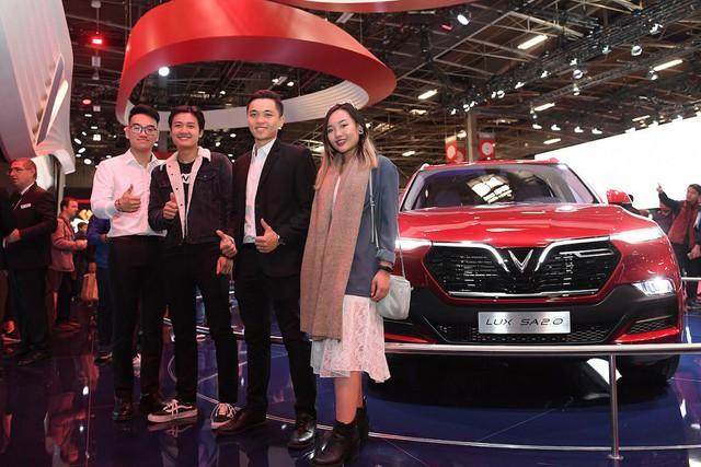 Cộng đồng người Việt đổ xô đến Paris tận mắt xem xe Vinfast - Ảnh 6.