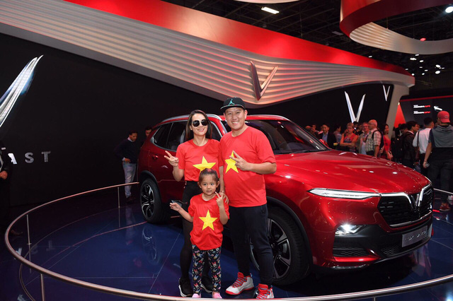 Cộng đồng người Việt đổ xô đến Paris tận mắt xem xe Vinfast - Ảnh 8.