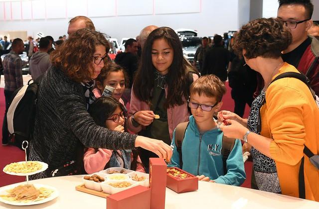 Quá tải gian hàng VinFast tại triển lãm ô tô Paris ngày cuối tuần - Ảnh 4.