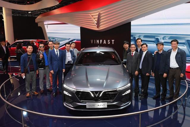 Quá tải gian hàng VinFast tại triển lãm ô tô Paris ngày cuối tuần - Ảnh 5.
