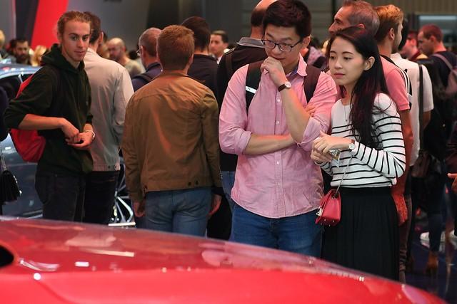 Quá tải gian hàng VinFast tại triển lãm ô tô Paris ngày cuối tuần - Ảnh 6.