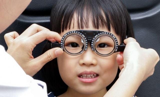Cận thị đang trở thành một đại dịch toàn cầu lây lan từ trẻ nhỏ tới người lớn - Ảnh 1.