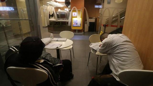 Tìm hiểu về McRefugees: Nơi người vô gia cư, người cô đơn tại Hồng Kông coi là ngôi nhà thứ hai của mình - Ảnh 7.