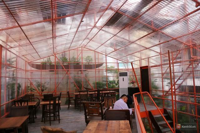 Kỳ lạ quán cafe như công trình đang xây dựng ở Sài Gòn: Đầu tư 2 tỷ, dự đoán tuổi thọ chỉ... 10 năm - Ảnh 5.