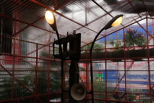 Kỳ lạ quán cafe như công trình đang xây dựng ở Sài Gòn: Đầu tư 2 tỷ, dự đoán tuổi thọ chỉ... 10 năm - Ảnh 10.