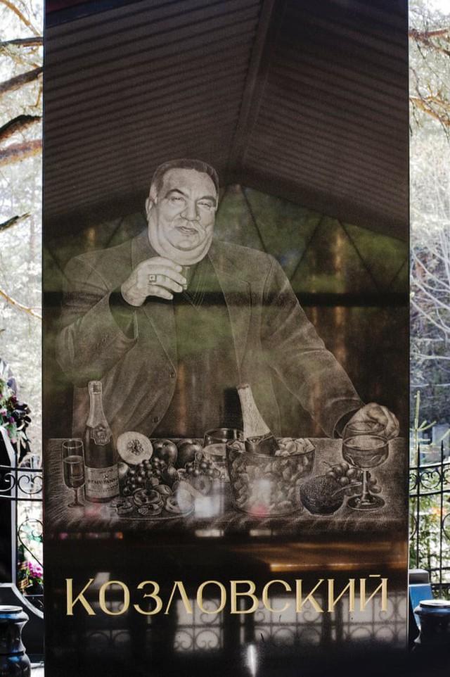 Nghĩa trang mafia độc nhất vô nhị ở Nga: Bia đá to như người thật, khắc họa quyền lực và cuộc sống xa hoa của thế giới ngầm - Ảnh 3.