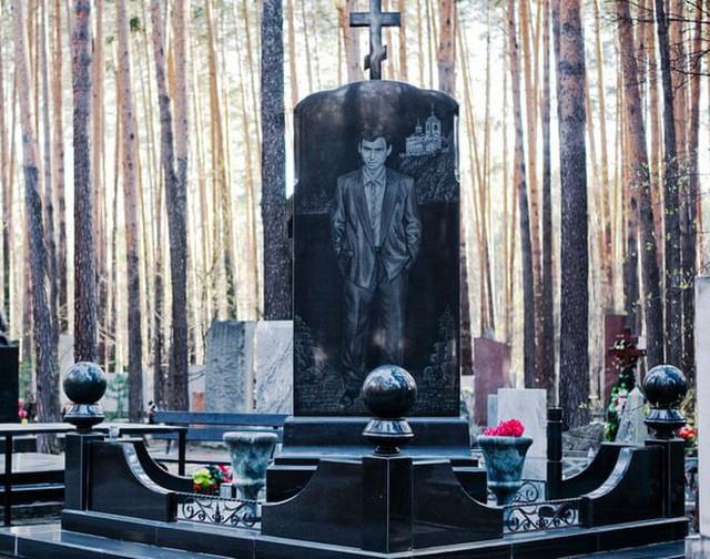 Nghĩa trang mafia độc nhất vô nhị ở Nga: Bia đá to như người thật, khắc họa quyền lực và cuộc sống xa hoa của thế giới ngầm - Ảnh 4.
