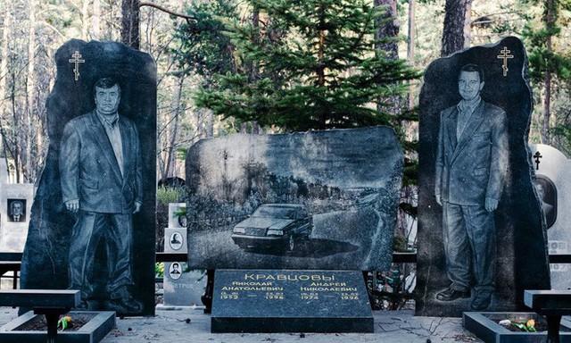 Nghĩa trang mafia độc nhất vô nhị ở Nga: Bia đá to như người thật, khắc họa quyền lực và cuộc sống xa hoa của thế giới ngầm - Ảnh 1.