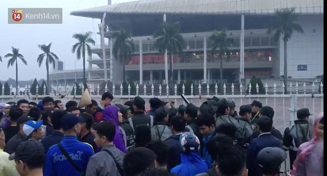Sáng chủ nhật kinh hoàng: fan mua vé AFF Cup 2018 đẩy đổ hàng rào sân Mỹ Đình - Ảnh 2.