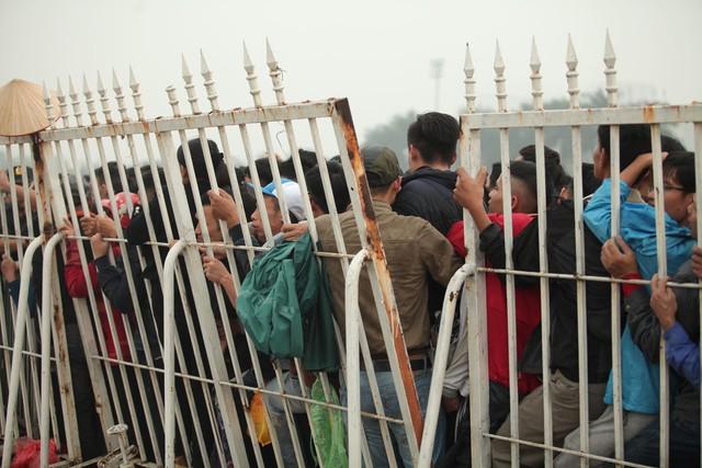 Sáng chủ nhật kinh hoàng: fan mua vé AFF Cup 2018 đẩy đổ hàng rào sân Mỹ Đình - Ảnh 5.