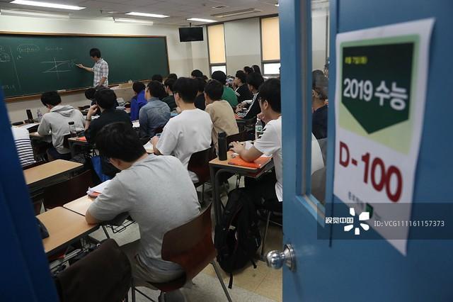 Hàn Quốc thi đại học: Máy bay ngừng bay, quân đội ngưng tập trận để thí sinh tập trung làm bài - Ảnh 1.