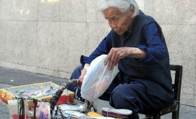 Mang ô đi bán, chỉ nói với khách 2 câu, bà cụ đã bán được 20 cái ô trong vòng vài phút - Ảnh 2.