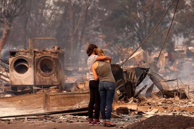 Chùm ảnh California sau cháy rừng: Thiên đường chìm trong biển lửa, con người nhỏ bé trốn chạy nhưng không bao giờ bỏ cuộc - Ảnh 19.