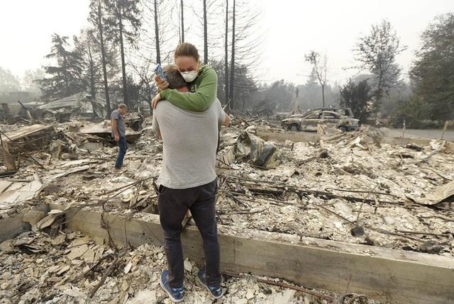 Chùm ảnh California sau cháy rừng: Thiên đường chìm trong biển lửa, con người nhỏ bé trốn chạy nhưng không bao giờ bỏ cuộc - Ảnh 20.