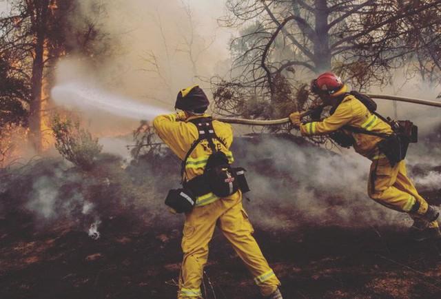 Chùm ảnh California sau cháy rừng: Thiên đường chìm trong biển lửa, con người nhỏ bé trốn chạy nhưng không bao giờ bỏ cuộc - Ảnh 21.