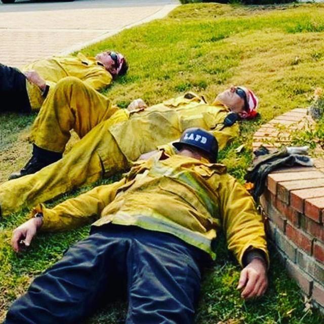 Chùm ảnh California sau cháy rừng: Thiên đường chìm trong biển lửa, con người nhỏ bé trốn chạy nhưng không bao giờ bỏ cuộc - Ảnh 22.