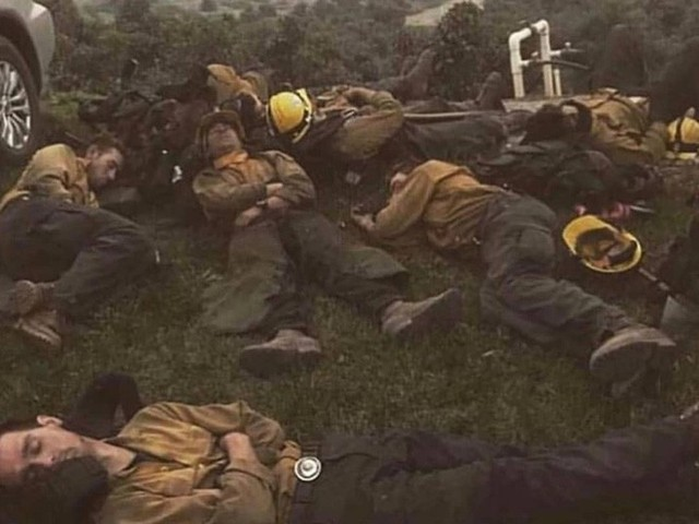Chùm ảnh California sau cháy rừng: Thiên đường chìm trong biển lửa, con người nhỏ bé trốn chạy nhưng không bao giờ bỏ cuộc - Ảnh 23.